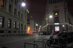 Via del centro Di Milaan, in de nachtelijke atmosferen stock foto