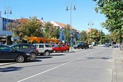 Via del centro urbano di Vilnius con le automobili e le case Immagini Stock