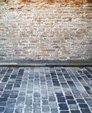 Via del cobblestone e del muro di mattoni Fotografie Stock Libere da Diritti