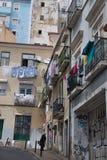 Via del Cobblestone a Lisbona, Portogallo Immagini Stock