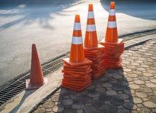 Via del contrassegno 0n di traffico di sicurezza dei coni di traffico Fotografia Stock Libera da Diritti