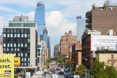 Via del distretto di Chelsea e di imballaggio della carne con traffico a New York Immagine Stock