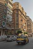 Via del distretto residenziale in Alessandria d'Egitto del centro con le automobili ed il taxi sulla strada Fotografia Stock