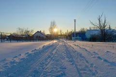 Via del villaggio con il buildi dell'appartamento Fotografia Stock
