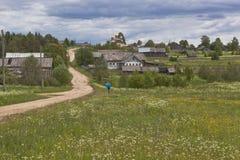 Via del villaggio Media del villaggio & x28; Olyushin& x29; Distretto di Verhovazhskogo, regione di Vologda Fotografie Stock