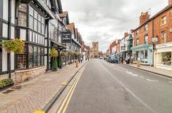 Via della cappella con Mercure Shakespeare Hotel ed i negozi della città storica di Stratford-Sopra-Avon Immagine Stock Libera da Diritti