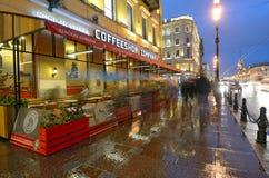 Via della città alla notte Fotografie Stock