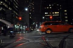 Via della città alla notte fotografie stock libere da diritti
