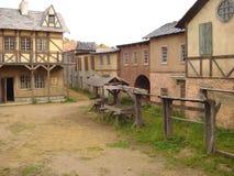 Via della città antica con una stalla per i cavalli Immagine Stock