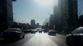 Via della città che guida a mezzogiorno a Pechino stock footage