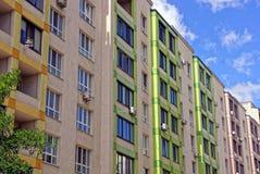 Via della città con le costruzioni, i balconi e le finestre di appartamento Immagini Stock
