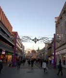 Via della città con le decorazioni di Natale Fotografia Stock