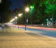 Via della città con le luci ed il traffico alla notte fondo, vita di città fotografie stock libere da diritti