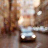 Via della città della sfuocatura con il fondo delle automobili Immagine Stock