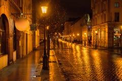 Via della città di Klaipeda alla notte immagini stock