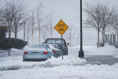 Via della città di Long Island durante la tempesta Stella di inverno con il vicolo cieco del segnale Immagini Stock