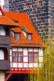 Via della città di Norimberga, Franconia con le case a graticcio in Baviera fotografia stock