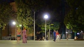 Via della città di notte con la gente archivi video