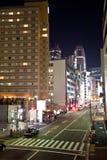 Via della città di Tokyo alla notte Fotografia Stock