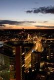 Via della città di Vilnius alla notte Immagine Stock