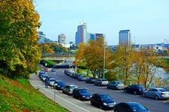 Via della città di Vilnius, automobili e vista dei grattacieli Fotografie Stock Libere da Diritti