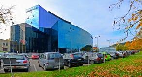 Via della città di Vilnius, automobili e vista di Danske Bank Fotografia Stock Libera da Diritti