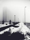 Via della città nella nebbia Fotografie Stock Libere da Diritti