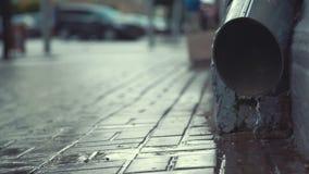 Via della città in pioggia persistente archivi video