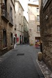 Via della città turistica di Pezenas in Herault, Francia Fotografia Stock