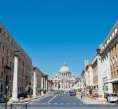 Via della Conciliazione in Rome Italië Stedelijke scène met via della Conciliazione en Heilige Peter Cathedral Royalty-vrije Stock Fotografie