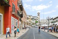 Via della Costa aan Piazza delle Erbe in Verona Stock Fotografie