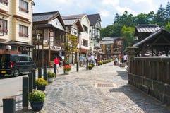 Via della località di soggiorno di montagna famosa Kusatsu nel Giappone il giorno soleggiato Immagine Stock