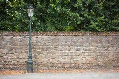 Via della posta della lampada sul fondo del muro di mattoni Fotografia Stock
