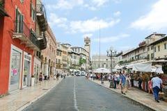 Via dellacostaen till piazzadelle Erbe i Verona Arkivfoton