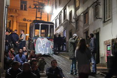 Via delle linee tranviarie di Lisbona di notte Immagini Stock Libere da Diritti