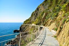 Via dellen Amore, vägen av förälskelse, fot- gata Cinque terre Arkivbild