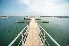 Via di accesso principale di attracco per la navigazione degli yacht al pilastro del pilastro Sarafovo nel bulgaro Burgas Immagine Stock Libera da Diritti