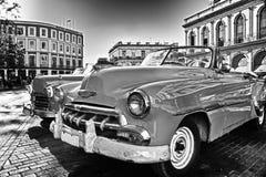 Via di Avana con l'automobile tipica dell'annata e di architettura nel nero Fotografie Stock Libere da Diritti