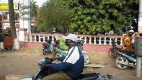 Via di Bamako Mali con l'uomo sulla permuta del motociclo stock footage