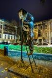 Via di Baratashvili Il monumento bronzeo del lampionaio con fotografie stock libere da diritti