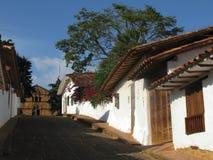 Via di Barichara con la chiesa Immagine Stock