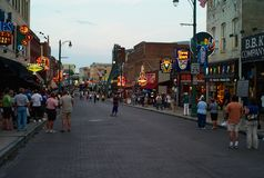 Via di Beale a Memphis, Tennessee nella sera fotografia stock