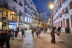 Via di Calle de Carretas illuminata dalle luci di natale madrid fotografie stock