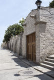 Via di Callejon de la Casa Encantada nel distretto di Yanahuara, Arequipa, Perù Via fatta di roccia sillar e vulcanica Fotografia Stock