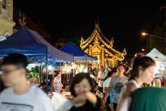 Via di camminata di Chiang Mai del mercato di domenica Fotografie Stock