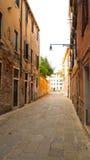 Via di camminata stretta a Venezia Immagini Stock