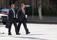 Via di Chatting Whilst Crossing di due uomini d'affari Immagini Stock Libere da Diritti