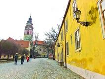 Via di Città Vecchia e castello di Cesky Krumlov in Cesky Krumlov Immagine Stock Libera da Diritti