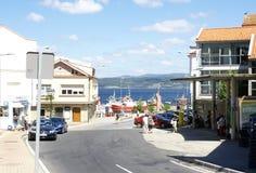 Via di Finisterre con il cantiere navale ed il mare nei precedenti Fotografia Stock Libera da Diritti