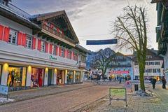 Via di Garmisch-Partenkirchen con i depositi decorati per Chris Fotografie Stock